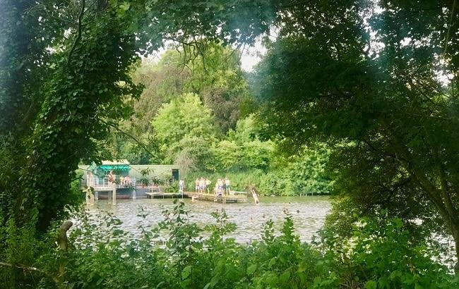 אגמים שאפשר לשחות בהם בקיץ, תצפית על לונדון מצפון ואינסוף מדשאות. המפסטד הית׳