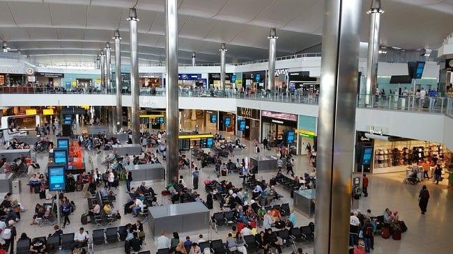 אחד מאולמות ההמתנה הרבים של נמל התעופה הית'רו