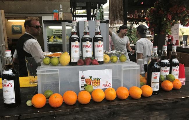 בלונדון בקיץ? שתו קנקן של פימ׳ז עם פירות. בלונדון בחורף? לכו על מולד וויין