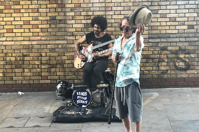 הופעת רחוב מיני רבות בבריק ליין, מזרח לונדון