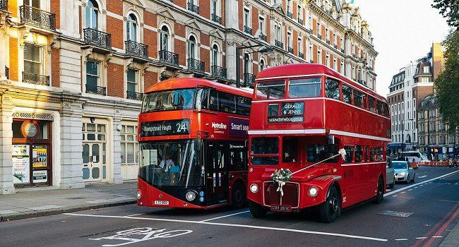 מסימני ההיכר הבולטים של לונדון. אוטובוס קומותיים אדום, ישן מול חדש