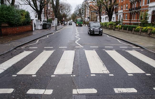מעבר החציה המפורסם של Abbey Road ברגע נדיר שבו אף אחד לא מצטלם חוצה אותו כמו הביטלס