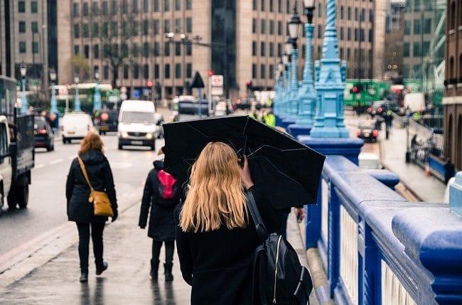 אפשר לקחת מטריה אבל לא חובה, לפעמים מעיל עם כובע מספיק. גשם קליל בלונדון