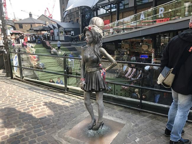 מורשת מוזיקלית אינסופית. פסל איימי ווינהאוס בקמדן, הרובע בו התגוררה