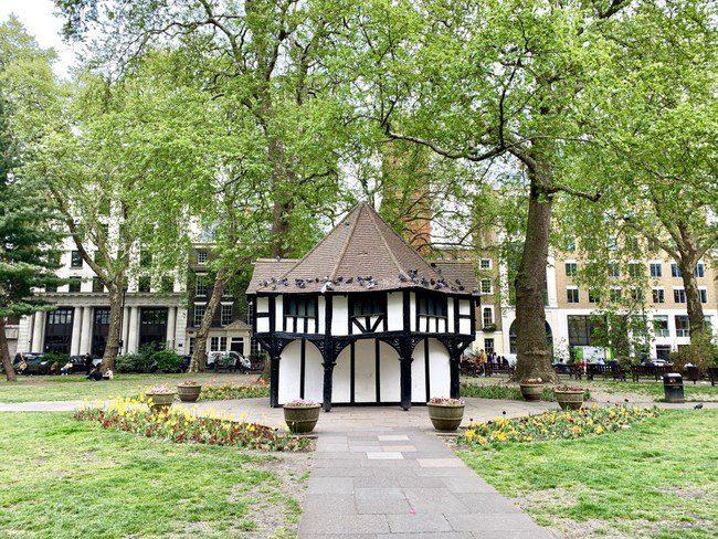 אי של שלווה בלב הסוהו ובקרבת רחוב אוקספורד, ומקום ששימש כמקלט במלחמת העולם השניה. Soho Square Gardens