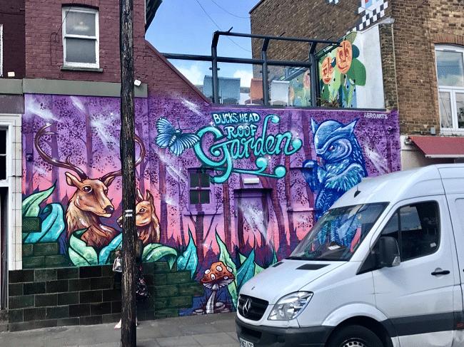 אמנות רחוב מושקעת במיוחד. בדומה לשכונות כמו שורדיץ׳ ובריקסטון, גם לקמדן לא חסרים קירות מעניינים, והם משתנים כמעט כל הזמן. מרוב שיש כל כך הרבה בקמדן, יש אפילו ׳סיורי גרפיטי׳ בשכונה.