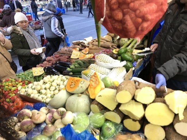 קסאבה, מתוקה, ג׳ק פרוט, ועוד שלל פירות וירקות אקזוטיים בבריקסטון מרקט