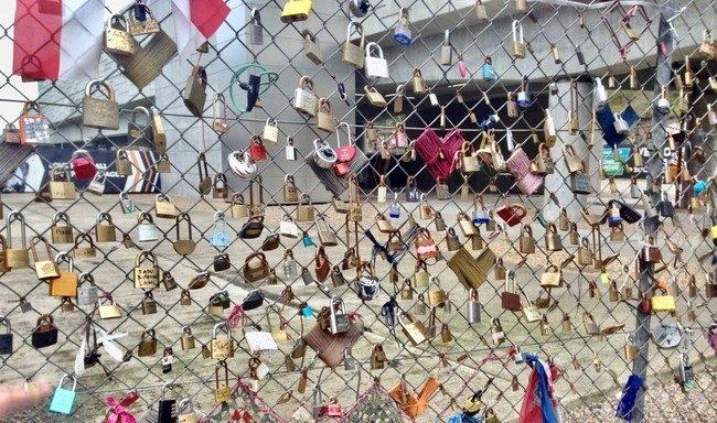 גדר ׳מנעולי האהבה׳ שמול תחנת Shoreditch High Street