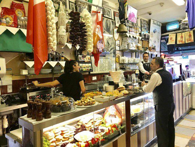 מהמקומות היחידים במרכז לונדון שמגישים קפה שישראלים אוהבים. Bar Italia