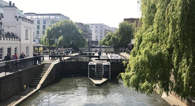 נגיעות קלות של אמסטרדם. לא רק שיש גם פה תעלה, גם יש פה הרבה היפים, וריח באוויר שיזכיר לכם מידי פעם שאמסטרדם נמצאת ממש מעבר לפינה.