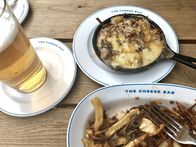 צ׳יפס עם בשר בקר, גבינה מותכת וסלילי בצל, כשהכל שוחה ברוטב בייקון
