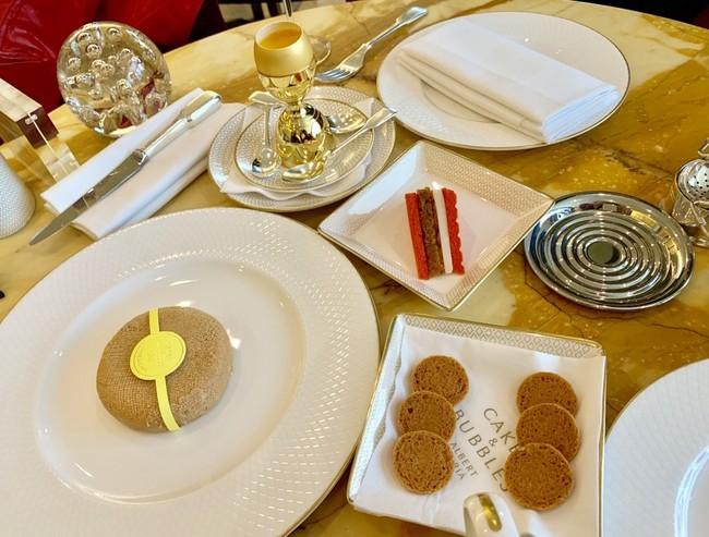קינוחים, שמפניות ועוגת גבינה אחת בלתי נשכחת. Cakes & Bubbles