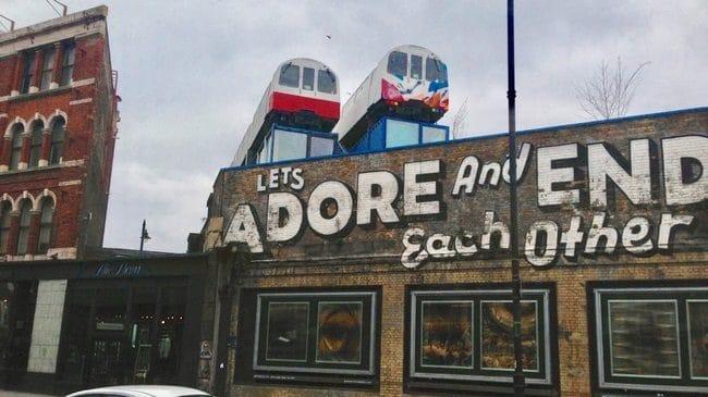 קרונות רכבת שהוסבו לסטודיו בהם מציירים ויוצרים אמנים מהשכונה
