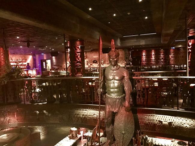 שאקה זולו, מסעדה אפריקאית ביום ומועדון/בר ענק בלילה. מומלץ להכנס ואולי לשתות משהו רק בשביל האווירה המיוחדת והמקום המושקע. במקום מגישים גם בשרים אקזוטיים כמו תנין או זברה, אבל המחירים יקרים והמנות קטנות (אם חשקה נפשכם בבשרים אקזוטים, יותר כדאי לכם לבדוק את המסעדה Archipelago שעליה ארחיב בפוסט נפרד).