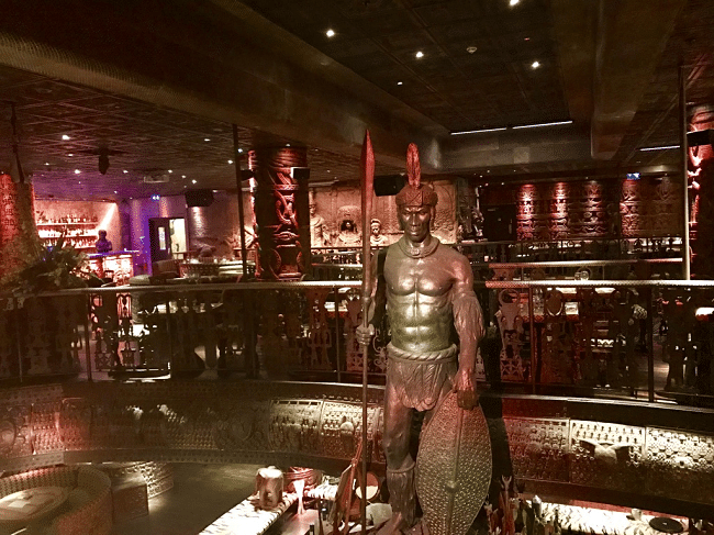 שאקה זולו, מסעדה אפריקאית ביום ומועדון בר ענק בלילה