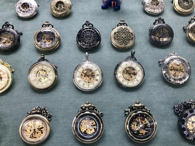 שעונים ומצפנים עתיקים בשוק גריניץ׳