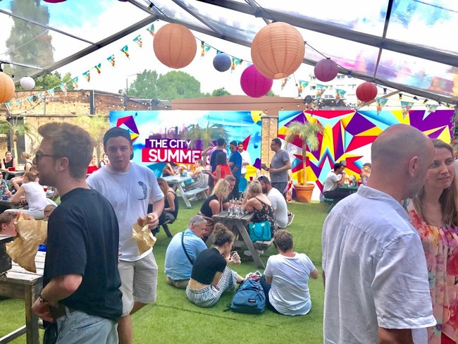 ׳חצר׳ עם מסיבות קיץ רוויות אלכוהול.The City Summer House