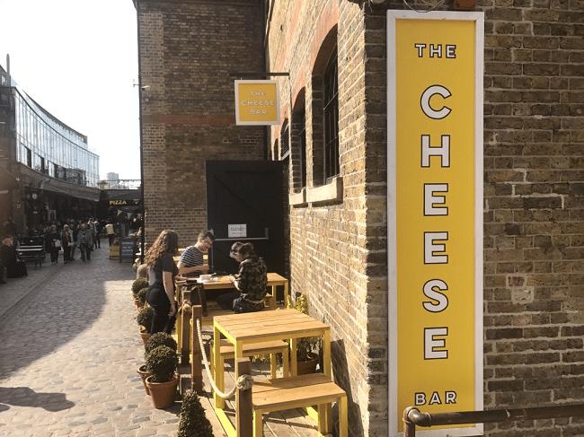 מול הפסל של איימי ווינהאוס נמצא המקום המושחת העונה לשם The Cheese Bar: מקום מושחת במיוחד שכולו על טהרת הגבינה המותכת. בין השאר מגישים שם אצבעות גבינה מטוגנות בשלל סוגים, פונדו עם נקניקיות צ׳וריסו, המון וריאציות של מנות מוכרות עם גבינה מותכת מעליהם ועוד.