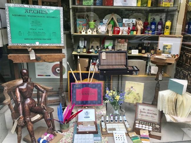 Green & Stone – ציוד לציירים ואמנים לצד חנות עתיקות
