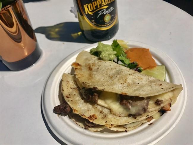קאסדיה (טורטיה צלויה עם בשר וגבינה) בדוכן המקסיקני. החריף המקסיקני זה לא החריף שאתם מכירים מהארץ