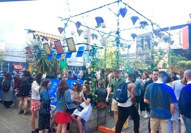 שכונה באווירה אפרו-קריבית שמחה וצבעונית. מתחם פופ בריקסטון