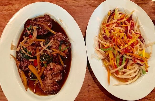 סלט-פאפאיה-ירוקה-סום-טאם-ותבשיל-כבדי-עוף-ברוטב-ג׳אנגל