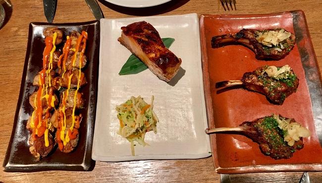 העיקריות-פילה-סי-באס-בסגנון-צ׳יליאני-עם-חמוצים-צלעות-כבש-עם-חצילים-וצ׳יפס-שום-ותפוחי-אדמה-צלויים-ברוטב-עגבניות-וגבינה