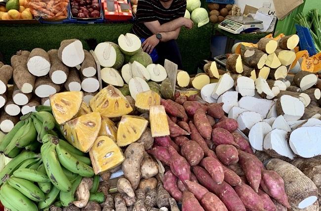 ג׳ק-פרוט-טרי-לצד-פירות-וירקות-אחרים-מהקריביים-ואפריקה-כמו-יאם-קסאווה-ומתוקי