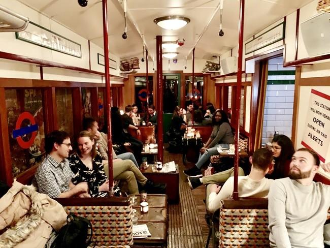 לשתות בתוך קרון רכבת תחתית משנות ה-40