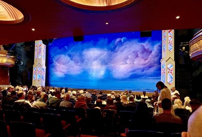 תיאטרון-Prince-of-Wales-סמוך-לכיכר-פיקדילי-התיאטרון-שבו-מתקיים-המחזה-׳בוק-אוף-מורמון׳
