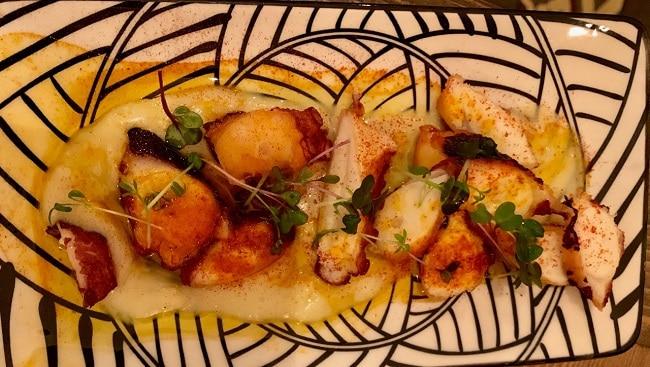 תמנון בקציפת תפוחי אדמה מעושנים ואבקת פלפלי פימינטו
