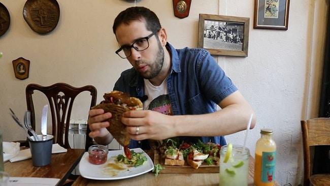 עומר לוגסי בארוחה שגרתית