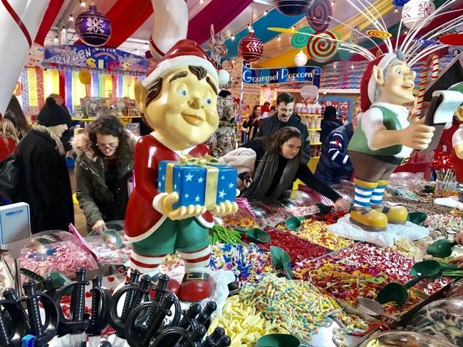המון פיתויים לילדים, וגם להורים. חנות ממתקים בפסטיבל החורף ״ווינטר וונדרלנד״