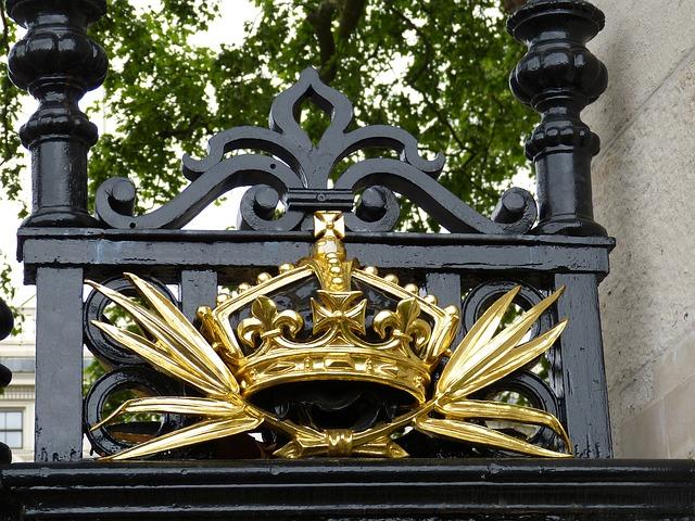 עיטורים מלכותיים על אחד השערים
