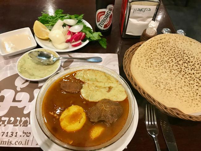 לא הגיע לאירופה. מרק בשר תימני עם חילבה ולחוח בצד במסעדת ״מאמיס״ בפתח תקווה