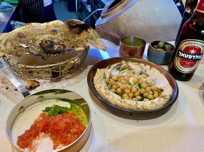 גאווה ישראלית. בירה גולדסטאר עם חברים בצד במסעדת ׳מלאבס׳ בלונדון