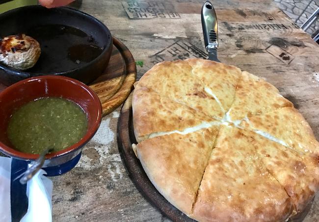 אין על מאכלי עדות בישראל. חצ׳פורי מגרולי במסעדת ׳בתומי׳ בנתניה
