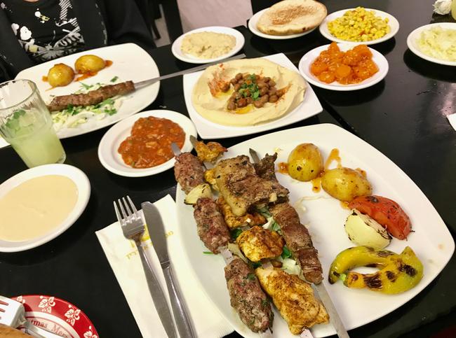 אוכל נפלא שיש בישראל בשפע ולא תמיד זמין בלונדון. פתיחת שולחן במסעדה בדליית אל כרמל