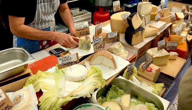 דוכן גבינות בשוק ברודווי
