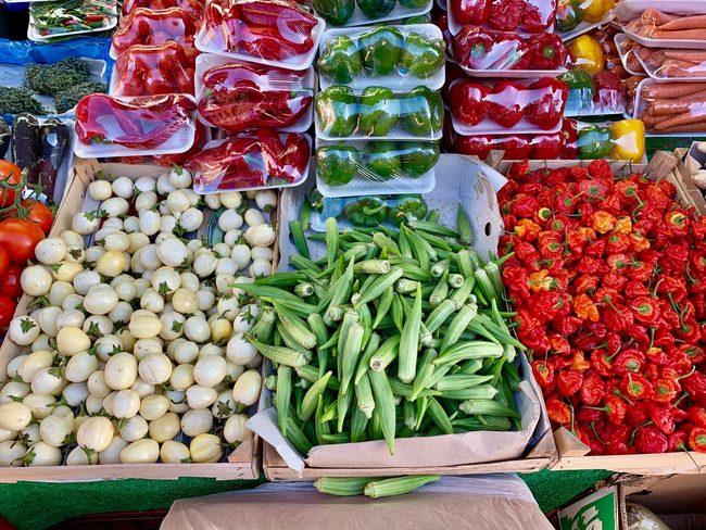 ירקות אופייניים בשוק בריקסטון: פלפלי סקוטש בונט, במיה (אוקרה) וחצילים גמדיים