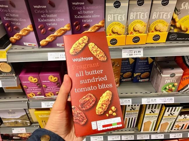 עוגיות חמאה מלוחות עם עגבניות מיובשות, צ׳דר ועשבי תיבול (All butter sundried tomato bites)