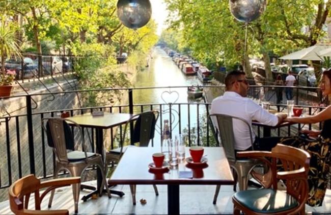 בית הקפה שבתחילת התעלה, על ההצטלבות עם אדג׳וור רואוד