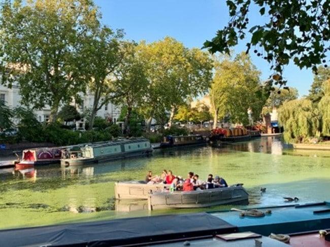 בכל עשר שניות בממוצע עוברת סירה עם אנשים שיושבים ושותים