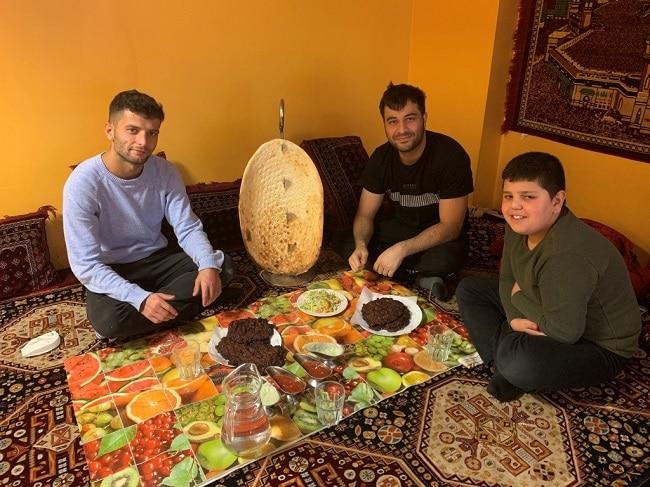 חבר׳ה אפגנים חביבים שישבו על במה עם שטיח (אפגני?) לידינו
