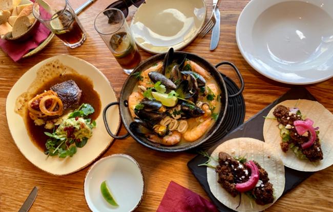 אוכל מקסיקני על גדות הנהר.  Café Des Amis