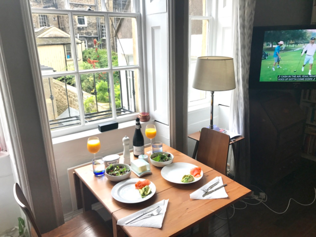 ארוחת בוקר בדירת ה-Airbnb שלקחנו בבאת׳