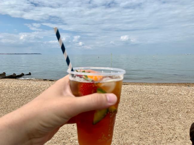 כוסית פימ׳ז על החוף בוויטסטבל