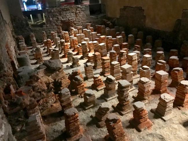 שרידים של העמודים שתמכו ברצפה המחוממת בספא הרומאי העתיק