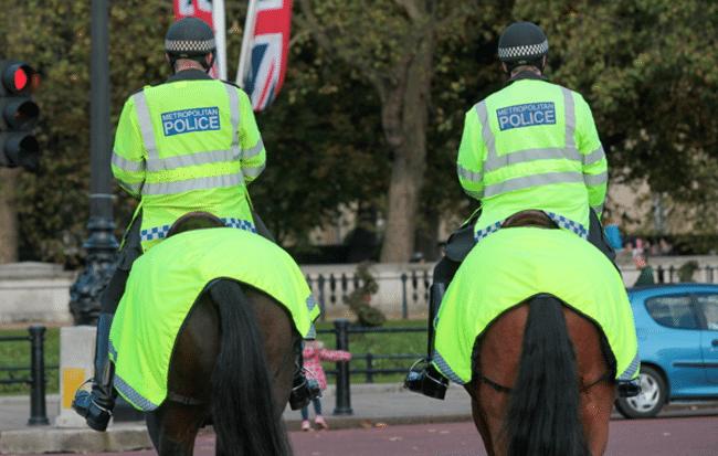 שוטרים לונדונים רכובים על סוסים, לא מראה כל כך נדיר