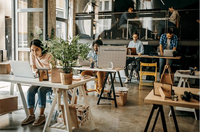 נוודים ידיגטליים עובדים בתוך חלל עבודה משותף הלונדון